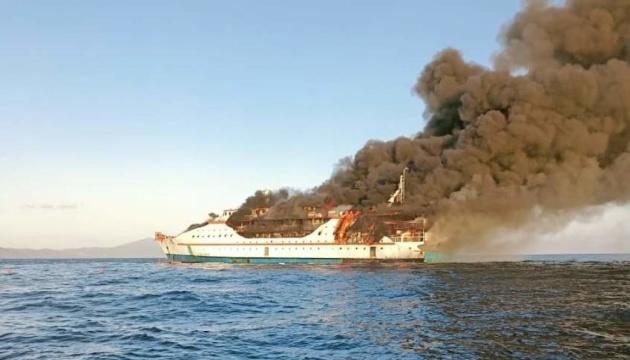 У водах Індонезії горів пасажирський лайнер з людьми на борту