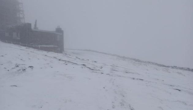 На горе Поп Иван снова выпал снег