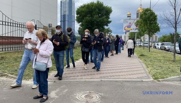 До Центру вакцинації проти COVID-19 у Києві утворилася черга