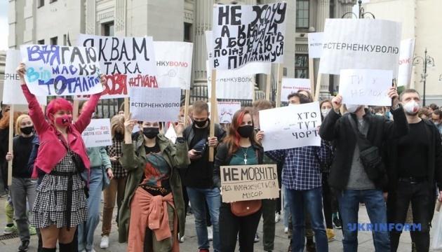 大統領府前で約1000人の市民が活動家解放求め抗議