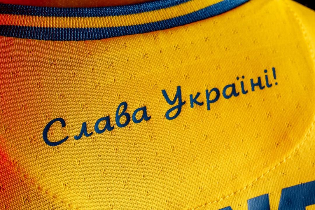 首元に入る「ウクライナに栄光あれ!」のスローガン 写真:アンドリー・パウレンコ(フェイスブック)