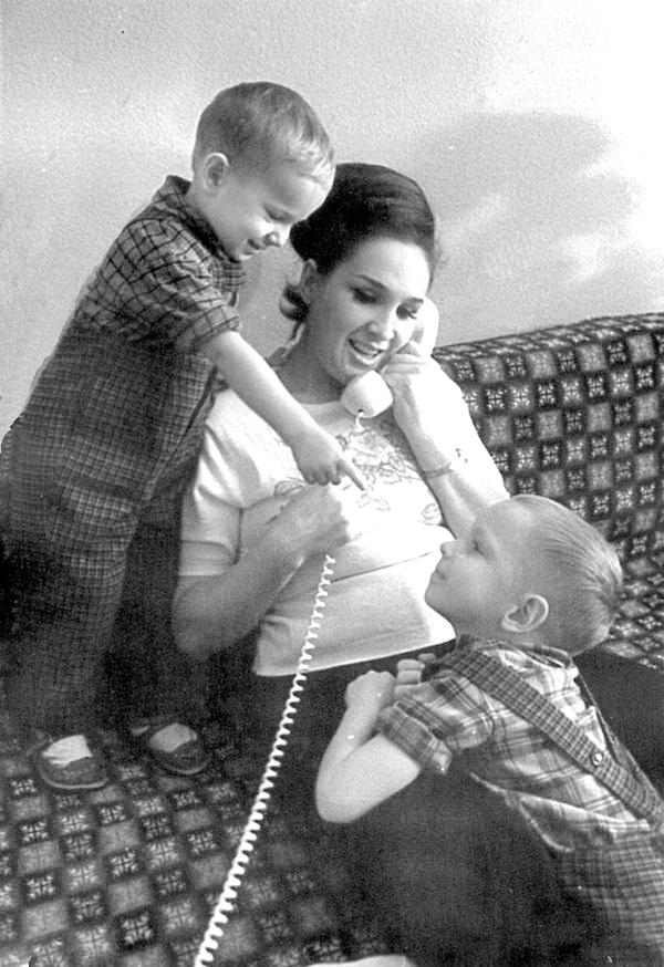 21-Євгенія Мірошниченко із синами Ігорем та Олегом, 1966 р.
