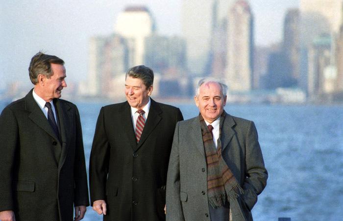 Віце-президент США Джордж Буш, Президент США Рональд Рейган і Генеральний секретар ЦК КПРС Михайло Горбачов (зліва направо) на острові Говернорс-Айленд в грудні 1988 року