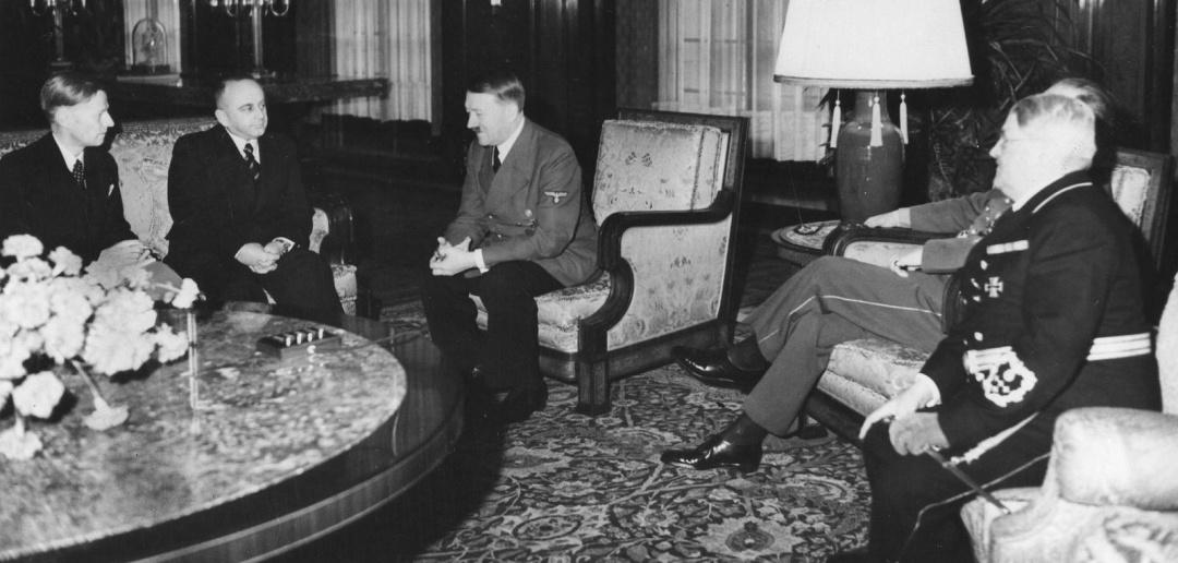 До призначення послом у Німеччину Володимир Деканозов очолював зовенішню розвідку СРСР