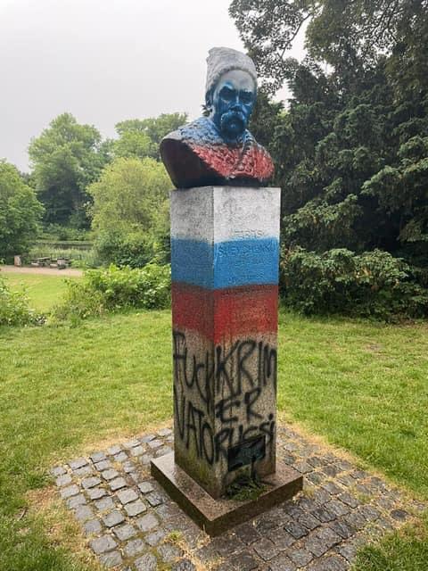 Розфарбований пам'ятник Тарасу Шевченку, фото: facebook.com/UkrEmbassyDK