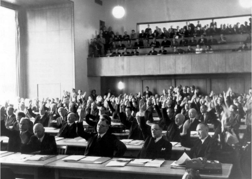 Parlamentarischer Rat розпочав роботу над Основним документом 1 вересня 1948 року, на фото справа майбутній канцлер Конрад Аденауер
