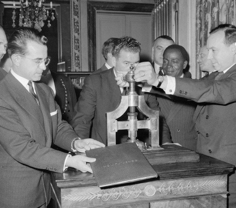 Міністр юстиції Мішель Дебре ставить печатку на новій Конституції, жовтень 1958 року