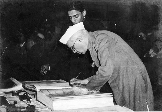 Джавахарлал Неру підписує Конституцію