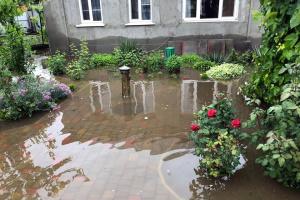 Überschwemmung in Dnipro: Mann paddelt auf Straße