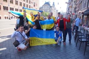 Українські вболівальники в Амстердамі заспівали «Червону Руту»