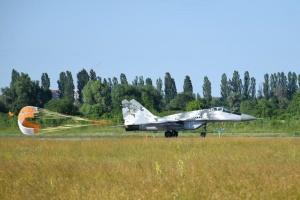 Українські військові льотчики випробували нові гальмівні парашути