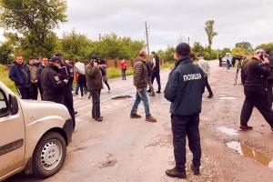На Прикарпатті селяни блокували дорогу через ями в асфальті