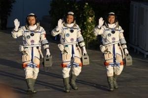"""Китай запустив у космос трьох астронавтів на кораблі """"Шеньчжоу-12"""""""