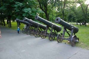 У Чернігові через реконструкцію Валу тимчасово прибрали з постаментів гармати