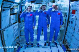 Екіпаж китайського корабля вперше висадився на вітчизняній космічній станції