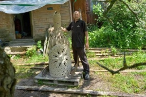 Гончар с Черниговщины изготовил свистульку рекордного размера