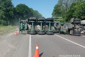 На трасі Київ-Чоп внаслідок потрійної ДТП перекинулася автоцистерна