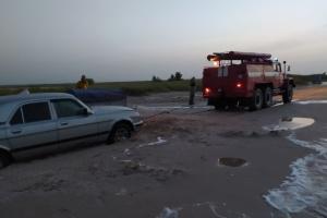 С пляжа Азовского моря вытащили 20 автомобилей, которые увязли в песке из-за непогоды