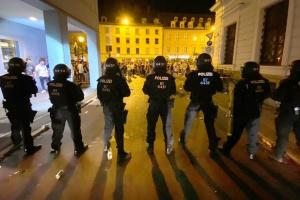 Немецкая полиция разогнала несколько массовых вечеринок - гуляки отбивались пиротехникой