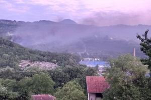 У Сербії вогонь від пожежі після вибуху на оборонному заводі перекинувся на ліс