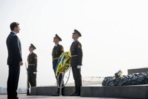 Selenskyj legt Blumen am Denkmal für Unbekannten Soldaten in Kyjiw nieder