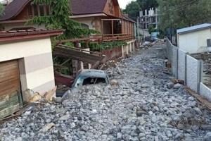 Ялтинский поселок «затонул» под кучами мусора и камней