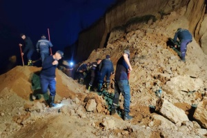 Зсув ґрунту на Одещині: рятувальники всю ніч вестимуть пошукові роботи
