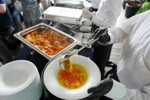 Гнилі овочі, м'ясо у відрі та фальсифікати: що виявили інспектори у шкільних їдальнях