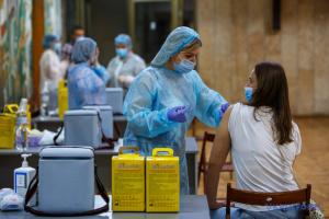 В Украине против коронавируса вакцинировали более двух миллионов человек