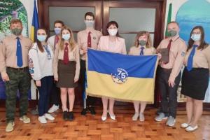 Сумівці привезли до Посольства України в Португалії ювілейний прапор СУМ