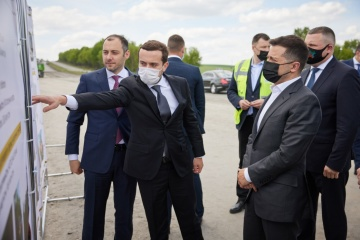 Instandsetzung der Autostraße zwischen Schytomyr und Tscherniwzi: Präsident inspiziert Baustelle