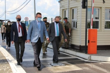 Representatives of Swiss, UK embassies visit checkpoints on administrative border with Crimea