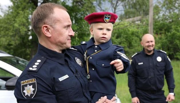 На Київщині до лав поліції прийняли дворічного малюка, якого врятували понад місяць тому