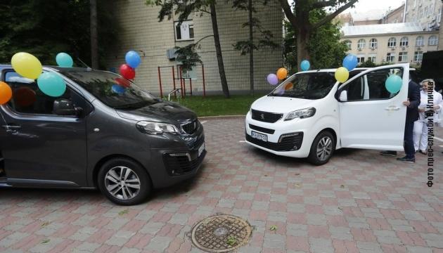 Два будинки сімейного типу в Києві отримали нові авто