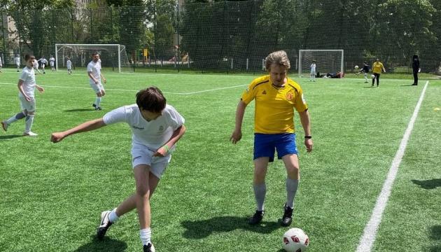 Діти зіграли в футбол проти зірок естради в День захисту дітей
