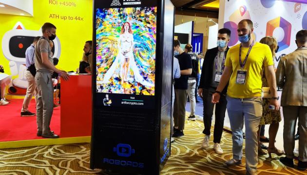 Дубайська компанія створила робота-рекламника
