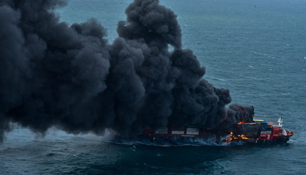 Біля узбережжя Шрі-Ланки через 13 днів загасили пожежу на контейнеровозі