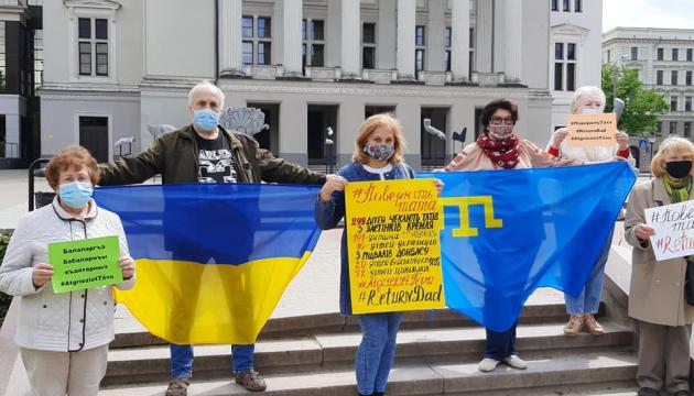 Українці Латвії та Росії до дня захисту дітей провели флешмоб #ПовернітьТата