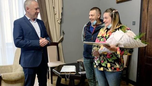 В Черновцах впервые за 15 лет подарили квартиру семье, в которой родилась тройня