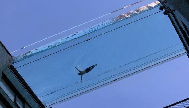 Між двома лондонськими хмарочосами збудували прозорий басейн