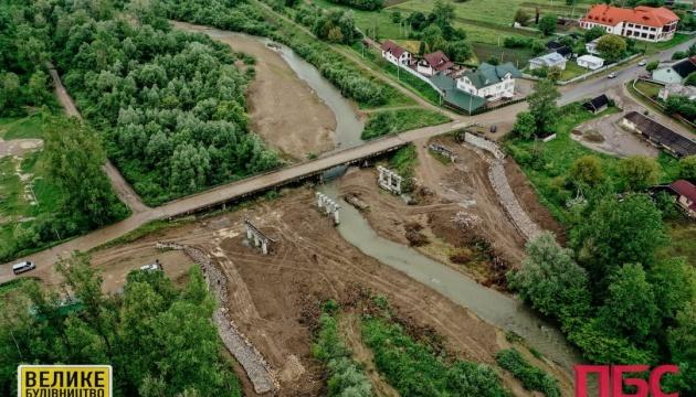 На Прикарпатье возводят мост, снесенный наводнением 13 лет назад