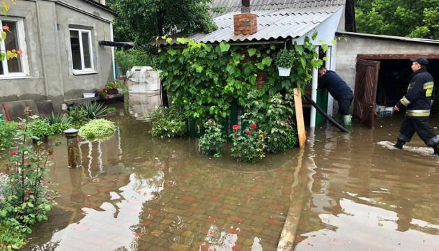 Через зливи у Дніпрі залишаються підтопленими майже пів сотні будинків