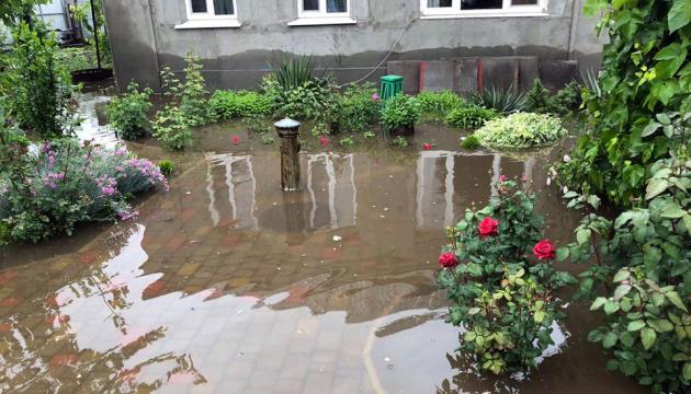 Плавали містом на байдарках: Дніпро залили сильні дощі