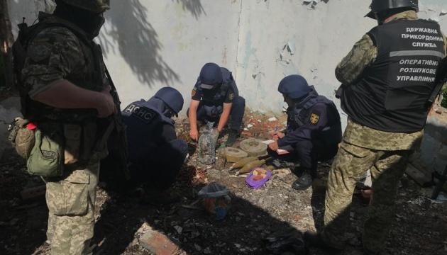 В разрушенном здании в Донецкой области обнаружили схрон с боеприпасами и взрывчаткой