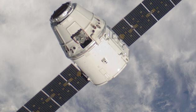 Корабель Cargo Dragon зістикувався з МКС