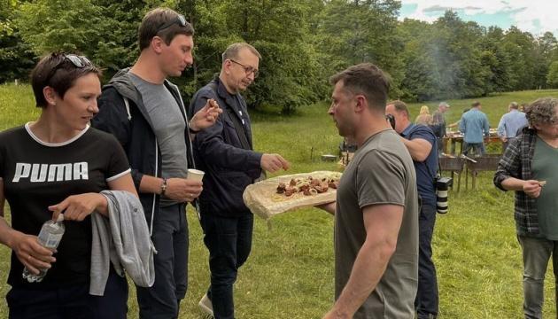 Зеленський зустрівся з журналістами на природі напередодні їхнього професійного свята