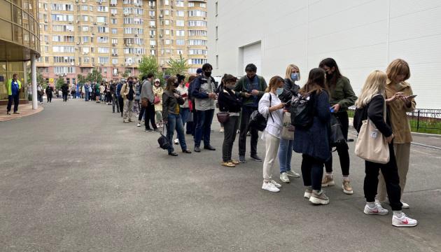 У Києві на COVID-вакцинацію можна записатися через Helsi.me