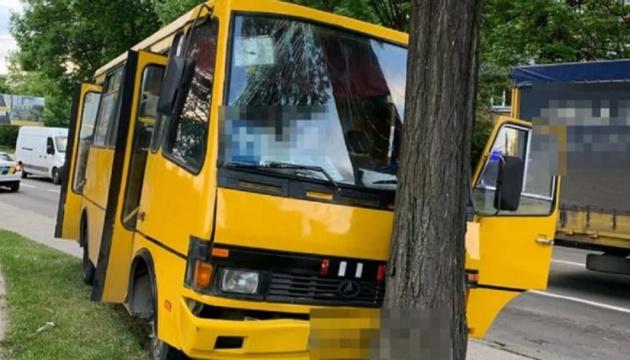 У Львові маршрутка врізалася в дерево, є постраждалі