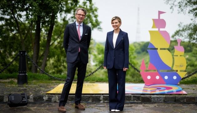 Olena Zelenska y el Embajador de Suecia presentan una zona de arte en Kyiv
