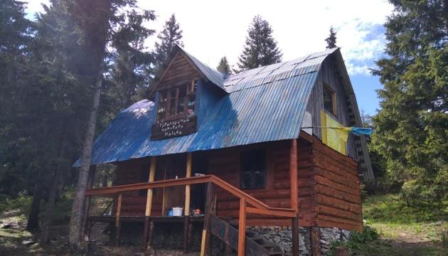 У Карпатах волонтери відремонтували туристичний притулок під горою Грофа